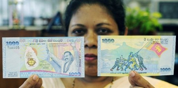 The first commemorative banknote was given to President Mahinda Rajapakse