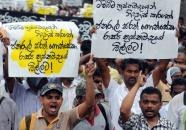 Demonstrators call for the release of Sarath Fonseka in Colombo