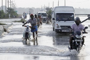 UN agencies and the military have warned the people returning home after the devastating floods to be wary of mines.