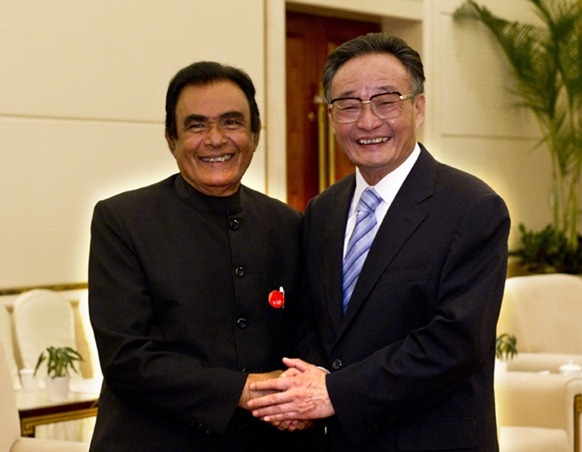 Wu Bangguo (R), chairman of the Standing Committee of the National People's Congress of China, meets with Sri Lankan Prime Minister D.M. Jayaratne, who is here to attend the opening ceremony of the 15th China International Fair for Investment and Trade, in Xiamen, southeast China's Fujian Province, Sept. 7, 2011. (Xinhua Li Xueren)