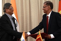 OB-India's Foreign Minister S.M. Krishna, left, shook hands with his Sri Lankan counterpart Gamini Lakshman Peiris during their meeting in Colombo, January 17, 2012.