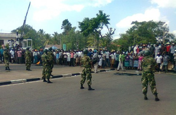 Military blocking the protesting fishermen on the Colombo-Chilaw highway