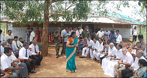 Indian delegation in Manik Farm (photo -Dinasena Rathugamage)