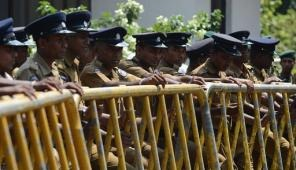Sri Lankan police stand guard in Colombo on January 15, 2013 (AFP/File, Ishara S.Kodikara)