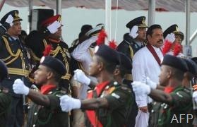 Sri Lankan President Mahinda Rajapakse (2nd R) watches a military parade in Trincomalee, February 2013 (AFP/File, Lakruwan Wanniarachchi)