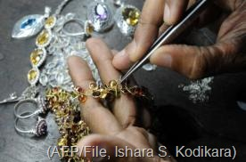 A Sri Lankan worker crafts gold jewellery in the southern city of Galle on January 20, 2011 (AFP/File, Ishara S. Kodikara)