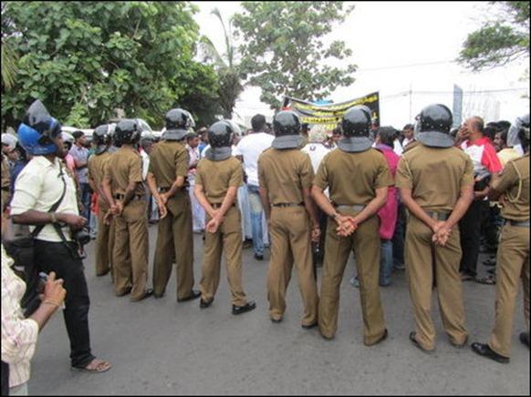 Jaffna_15_11_2013_picketing_01_105405_445