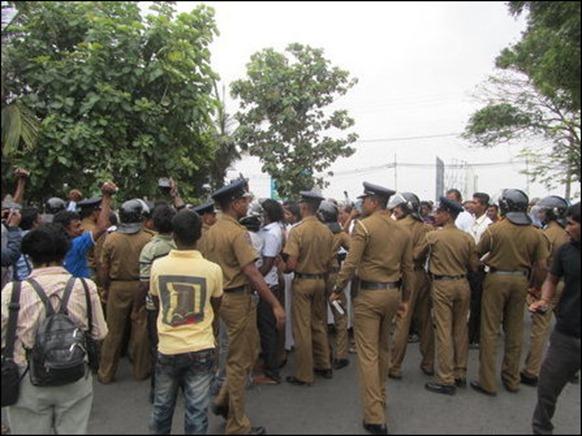 Jaffna_15_11_2013_picketing_04_105417_445