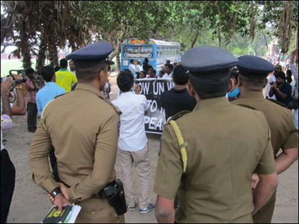 Jaffna_15_11_2013_picketing_05_105421_445