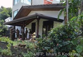 Sri Lanka police investigators conduct a probe at the home of murdered former Agence France-Presse journalist Mel Gunasekera in the capital Colombo on February 2, 2014 (AFP, Ishara S.Kodikara)