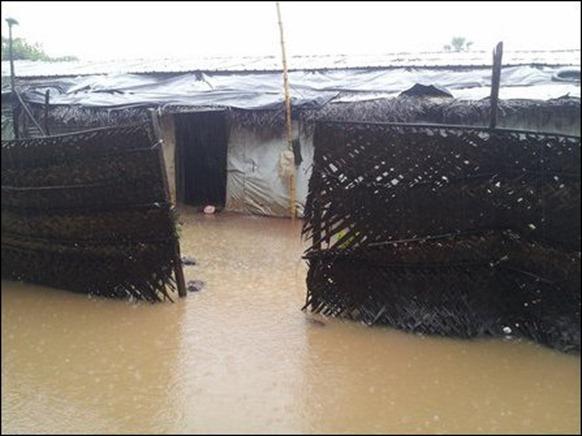 Kaddaiparichchaan_IDP_camps_flooded_02_108349_445