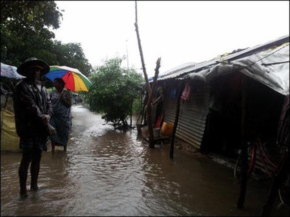 Kaddaiparichchaan_IDP_camps_flooded_03_108353_445